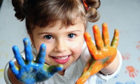 Small_girl_painted_hands_2